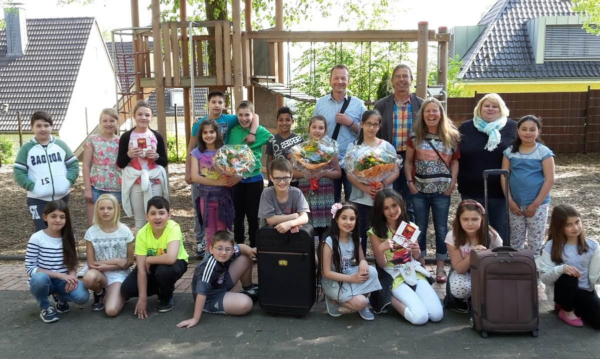 Die Viertklssler Der Obenstruthschule Sitzen Auf Gepackten Koffern Fr Sie Geht Es Weltreise